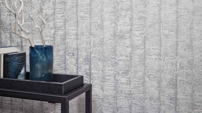 Schicke Vliestapete in hellgrau mit 3D-Streifeneffekt und Patina-Look.