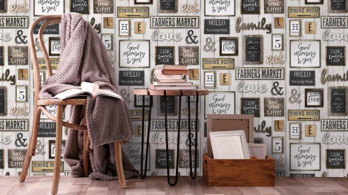 Vliestapete mit Statement Schildern, Kiste, Stuhl und kleinem Tisch