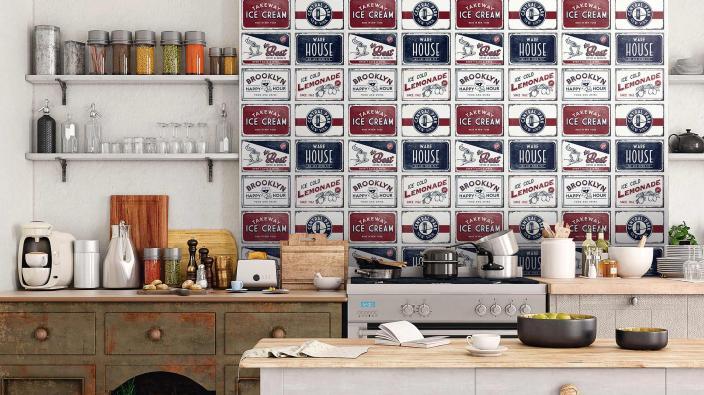 Vliestapete mit Statement Schildern in alter Holzküche