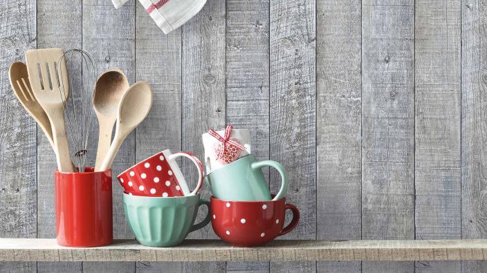 Vliestapete mit Holzoptik Regal, bunte Tassen, Küchenutensilien und Holzlöffel