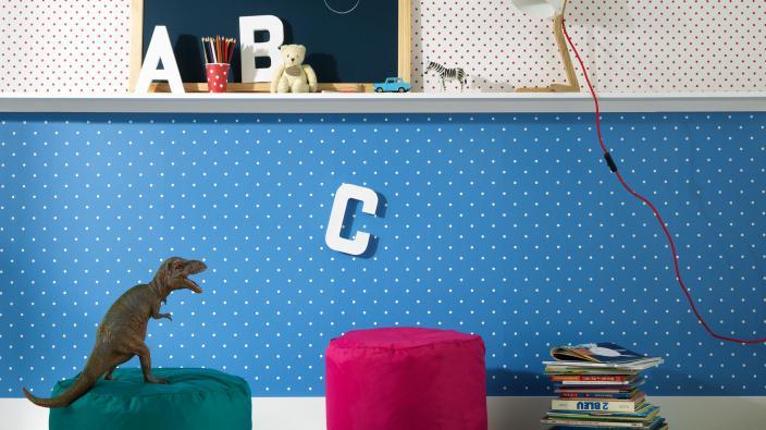 Kinderzimmertapete blau und rot mit weißen Polka-Dots und Sternen