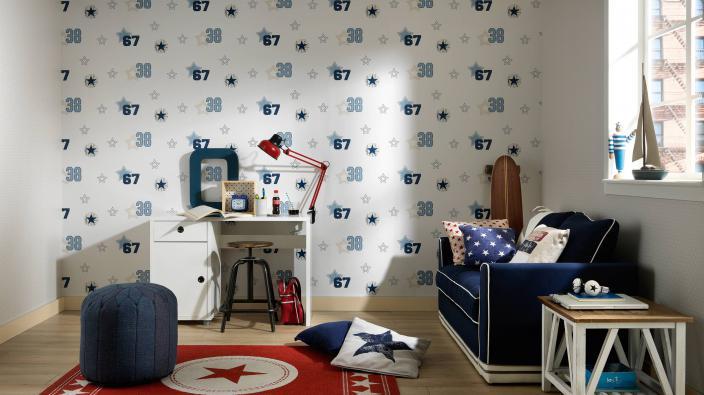 Jungenzimmer mit Tapete in blau-weiß und Zahlensymbolen