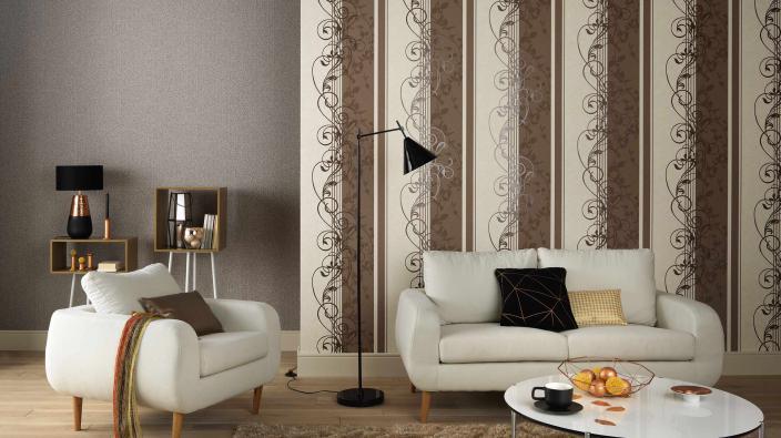 Wohnzimmer mit Tapete in schokobraun und modernem Ornament