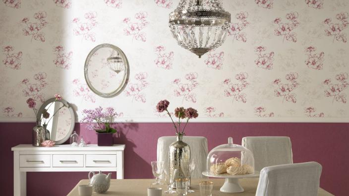 Esszimmer mit romantischer Blütentapete in violett