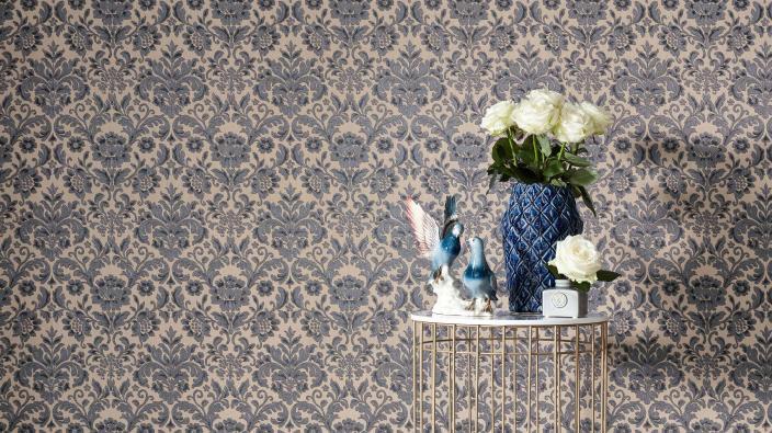 Elegante Barock-Tapete, Ornament in Taupe und Beige, Beistellstisch mit Keramikvase und Vogelstatue, weiße Rosen
