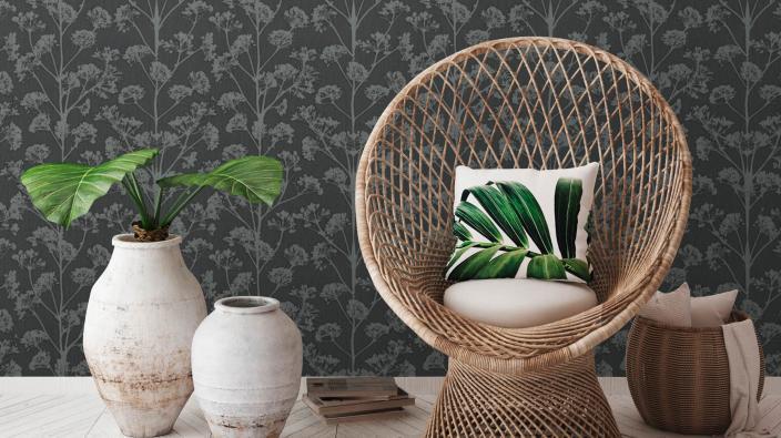 schwarze Vliestapete mit grauem Blumenmuster