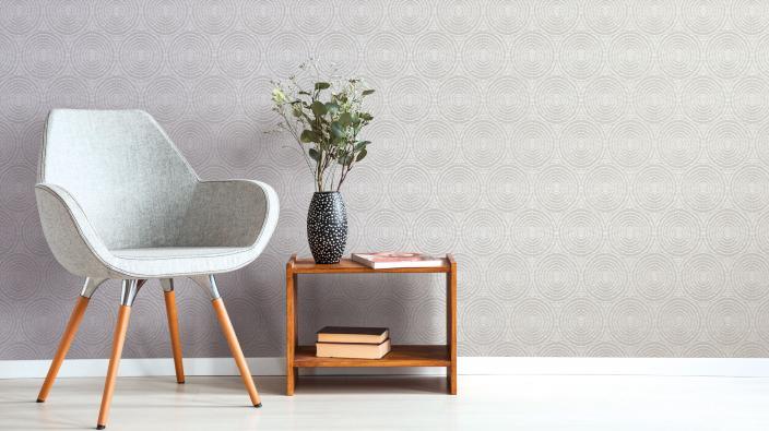 Moderner Sessel, beistelltisch, graue Vliestapete mit Kreismotiv