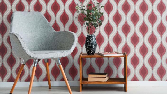 Vliestapete, rote Wellen, grauer Sessel, kleiner Holztisch, Deko