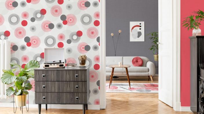 Wohnzimmer mit Wandgestaltung im Retro-Look der 1970er Jahre, rote und graue Kreise