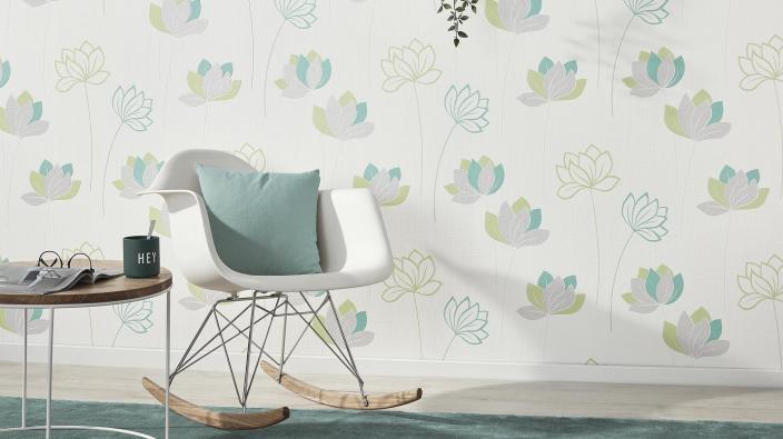 Wandgestaltung mit Vliestapete, Blumenmuster in frischem Grün und Mint, Schaukelstuhl