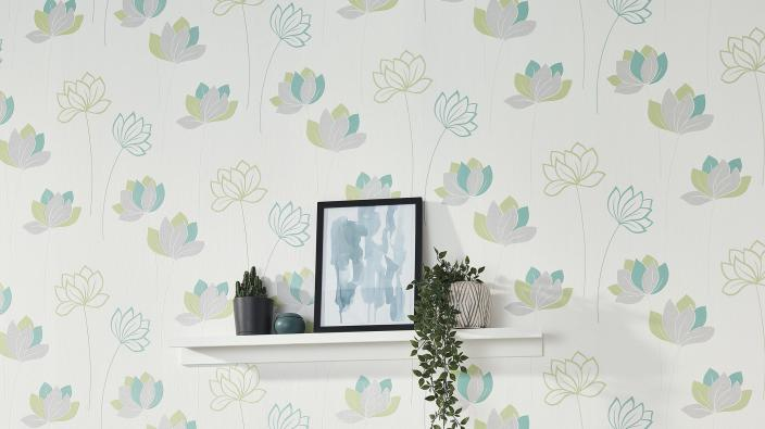 Wandgestaltung mit Vliestapete, Blumenmuster in frischem Grün und Mint, Wandregal mit Deko