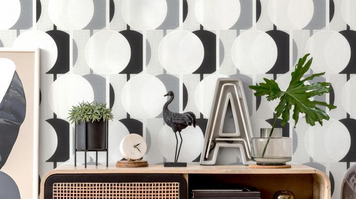 Wandgestaltung mit Vliestapete im Retro-Look mit Kreismotiv in schwarz-weiß, Sideboard, Deko