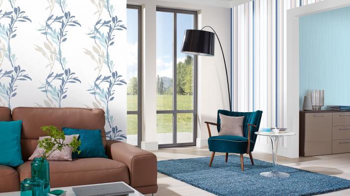 Modernes Wohnzimmer mit Vliestapeten, Blattpanel, Streifentapete, Unistrukturen in Blau