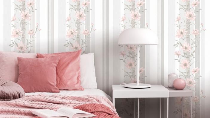 Vliestapete mit zartem Blütenpanel in rose, modernes Bett mit rosa Bettwäsche, weiße Lampe