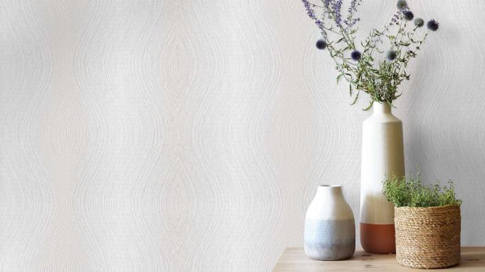 Vliestapete mit zarten Glanzeffekten im Wellenlook in hellem Beige, Sideobard, Blumenvasen