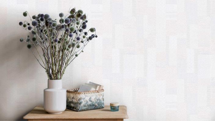 Vliestapete mit zartem grafischem Muster in hellen Cremetönen, Holztisch, Blumenvase, skandinavisch