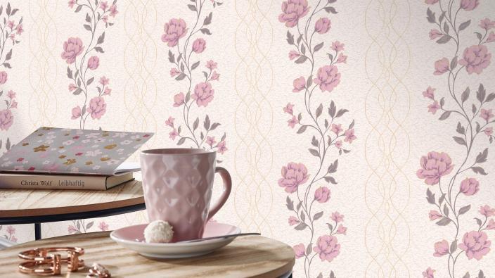 Vliestapete mit romantischem Blütenmotiv in Rose, Beistelltisch, Kaffeetasse in Rosa