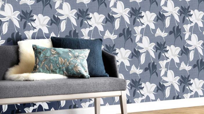 Vliestapete mit blauem Blütenmuster, Sofa grau