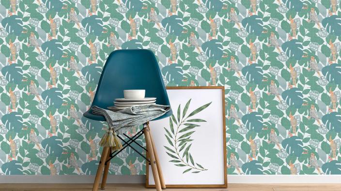 Dschungeltapete in kräfigen Grüntönen, Vögel und Blätter, moderner Stuhl, Bilderrahmen