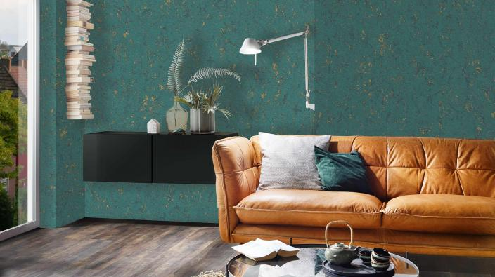 Vliestapete in edlem Dunkelgrün mit goldenen Highlights. Die Tapete wirkt wie Samt auf der Wand