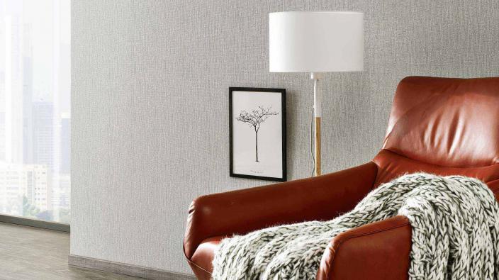Wohnraum mit Tapete in lichtem Grau