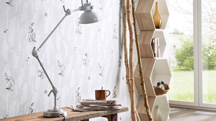 Wohnraum mit Tapete aus der Kollektion Batihouse weiß mit Tapetenmuster