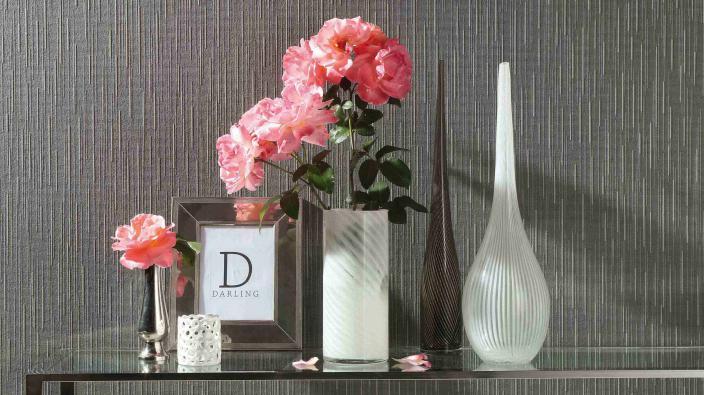 Vliestapete Kollektion Darling, dunkelgraues Uni mit zarten Längsstrukturen, Tisch, Blumen