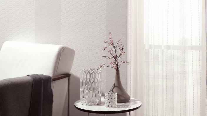 Vliestapete Kollektion Darling, weiß gestreift mit hellem, modernen Sessel und Tisch