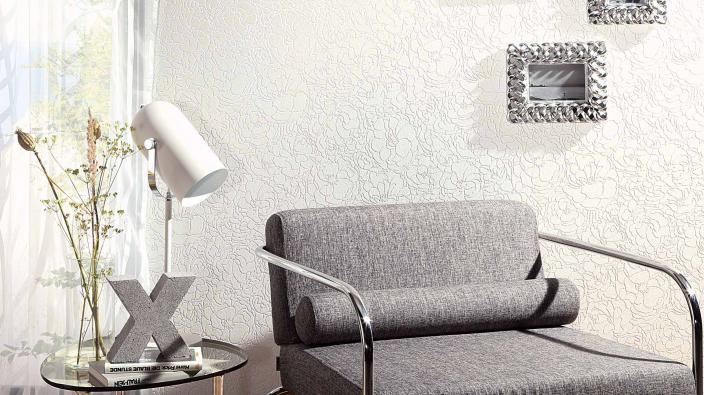 Vliestapete Kollektion Darling, weißes Seerosenmuster mit leichtem Schimmer möbliert mit grauem Stuhl,Tisch mit Lampe