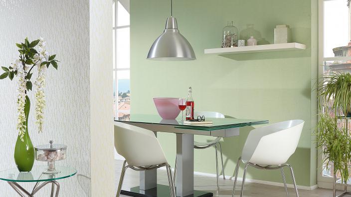 Vliestapete Kollektion Darling, hellgrünes Blumenmuster mit grüner Unitapete, Esstisch aus Glas und silberner Hängelampe