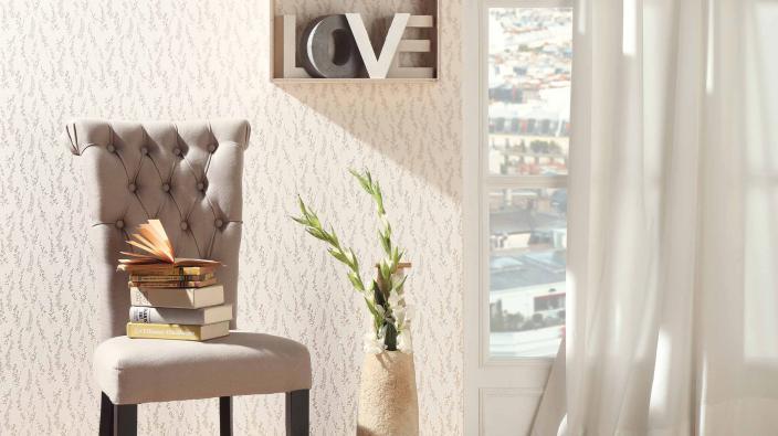 Vliestapete Kollektion Darling, beiges Blümchenmuster, mit hellem Stuhl und Holzdekoartikel
