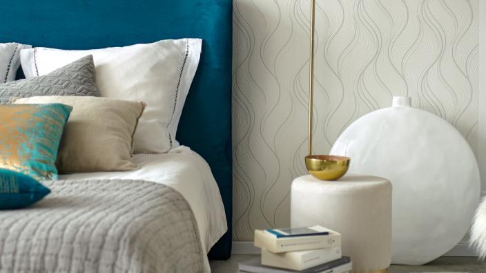weiß und beige Vliestapete mit Wellenmuster und Punken, Bett und Lampe