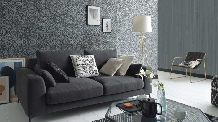 Wandgestaltung Wohnzimmer, Vliestapete in graphit mit detailreichem Ornament-Muster