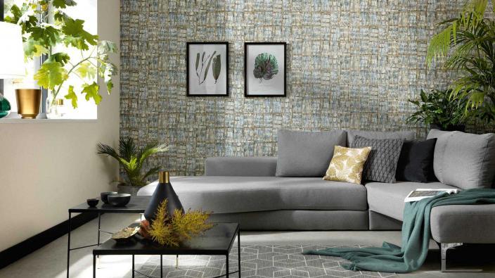 Wandgestaltung mit Vliestapete, Kachelmotiv in Holzoptik, modernes Wohnzimmer graues Sofa, Deko und Grünpflanzen
