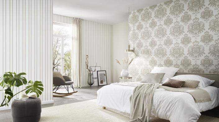 Modernes Schlafzimmer mit heller Barocktapete in Cremetönen, Bett und Deko in hellen Naturtönen