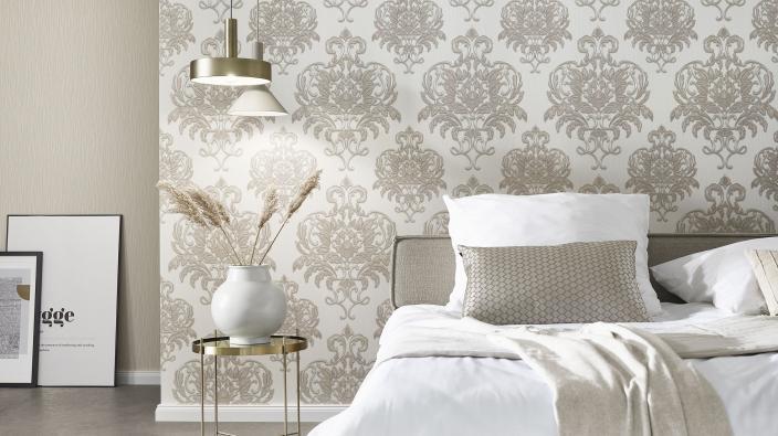 Schlafzimmer mit moderner Barocktapete in hellem Beige