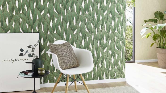 Moderne Vliestapet mit frischem grünen Blattmotiv, Stuhl und Beistelltisch