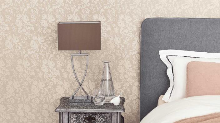 elegante Vliestapete mit Blütenmuster in hellem Beige, klassisches Schlafzimmer