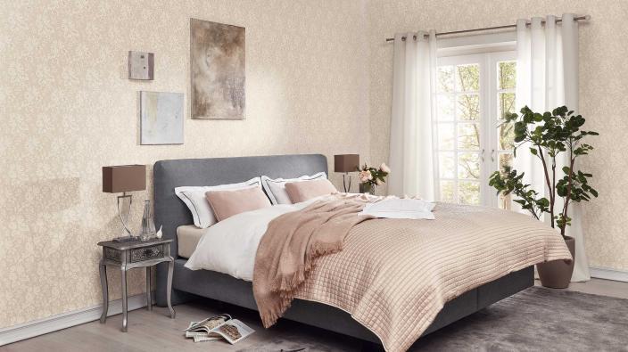 klassisches Schlafzimmer mit eleganter Vliestapete mit Blütenmuster in hellem Beige