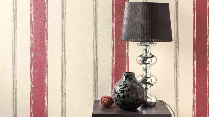 Tisch, Lampe, Streifentapete in Rot
