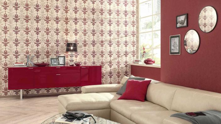 Wohnzimmer mit roter Wandgestaltung, helles Ledersofa, rotes Sideboard
