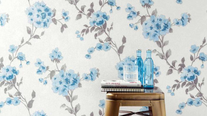 Blumentapete in hellem Aqua-Blau, Hocker, blaue Flaschen
