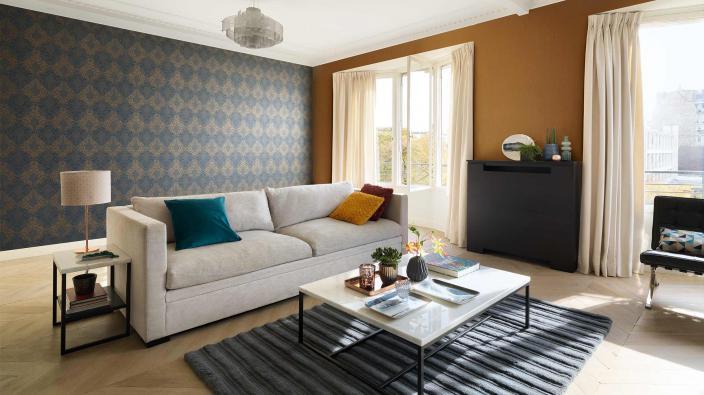 Wohnzimmer mit moderner Barocktapete in Schwarz-Bronze