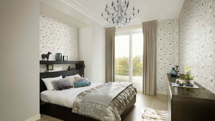 Schlafzimmer mit moderer Blumentapete in Silbergrau