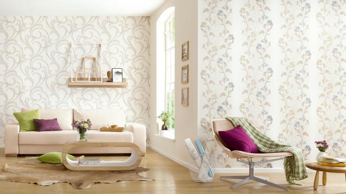 Wohnzimmer mit hellen Möbeln, Holzboden und Mustertapeten in Taupe und Bleu