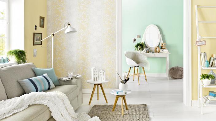 Junges Wohnzimmer mit Tapeten in Gelb und Mint
