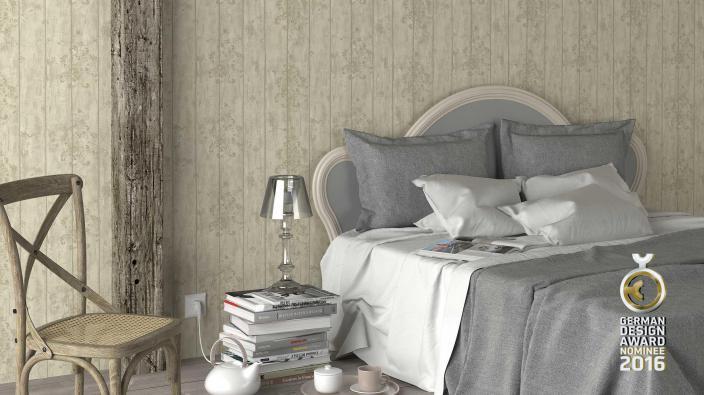 Schlafzimmer mit hellbraunen Tapeten in Holzoptik und Ornament-Stempel