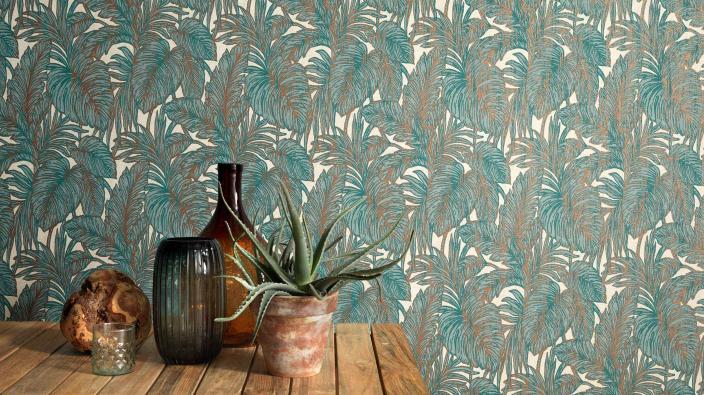 Moderne Wandgestaltung mit Vliestapete im Dschungellook mit warmem Blattmotiv in Grün- und Beigetönen