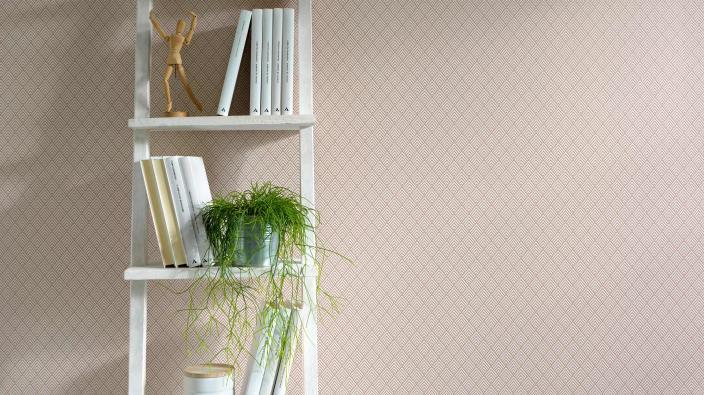 Vliestapete in modernen zarten Ethno-Rautenmuster in rosa, weißes Leiterregal mit Büchern und Deko