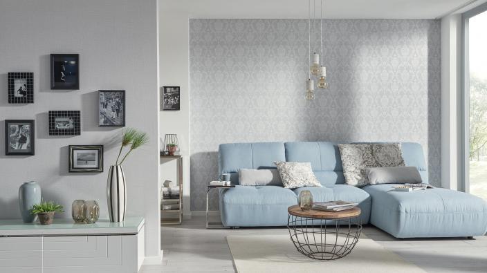 Modernes Wohnzimmer mit Barocktapete in Hellgrau